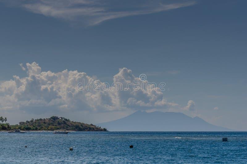 montagnes avec des nuages à la mer photographie stock