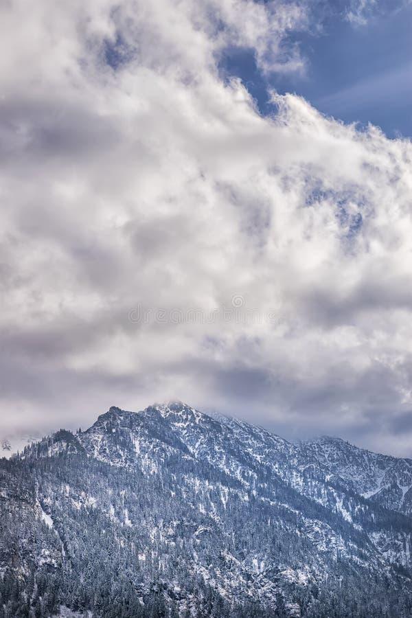Montagnes avec des nuages photographie stock