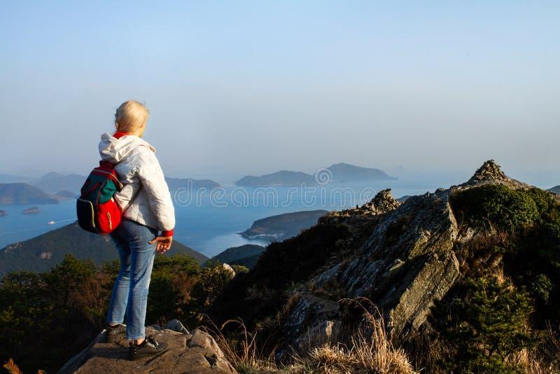 Montagnes avec des vacances lourdes de concept d'aventure d'envie de voyager de mode de vie de voyage de sac à dos image stock