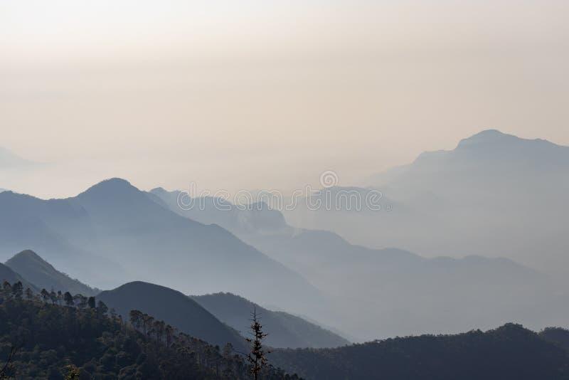 Montagnes avec la brume blanche dans l'aube images libres de droits