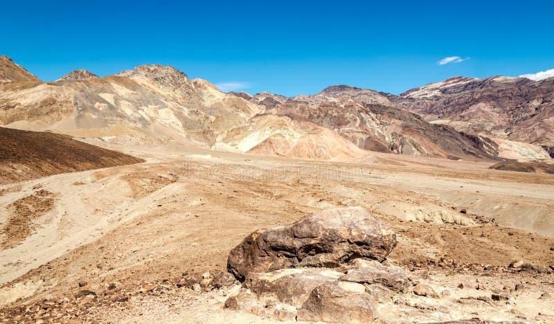 Montagnes avec la crête de pyramide image libre de droits