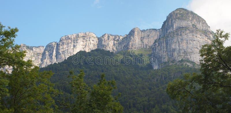 Montagnes avec les falaises blanches photos libres de droits