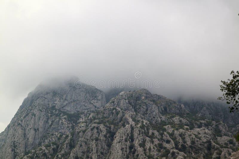 Montagnes avec les nuages blancs sur un fond de ciel bleu photo stock