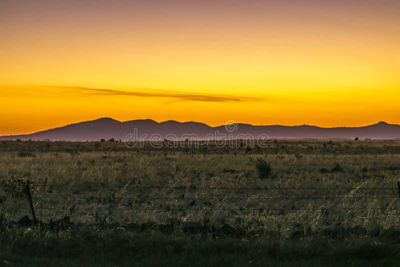 Montagnes avec un ciel de coucher du soleil photos stock