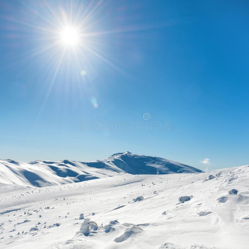 Montagnes blanches d'hiver photos stock