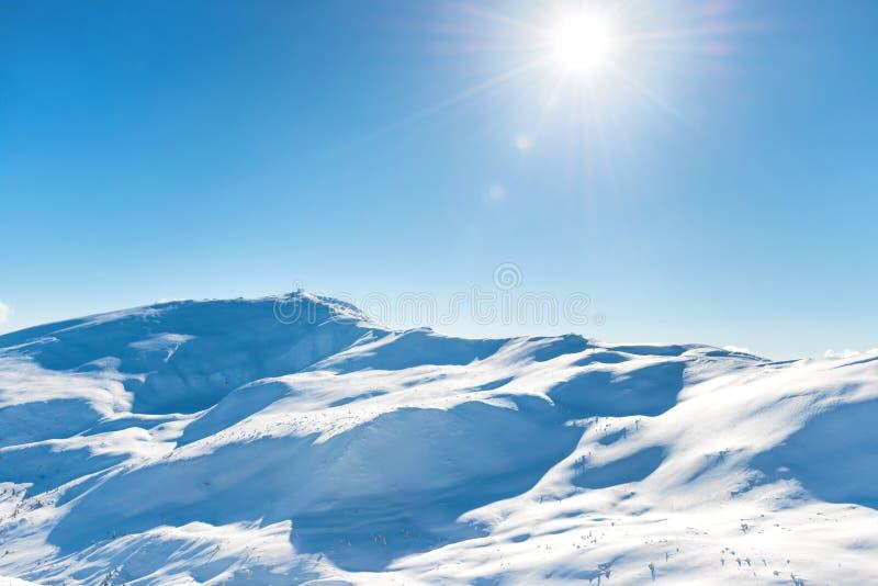 Montagnes blanches d'hiver images libres de droits