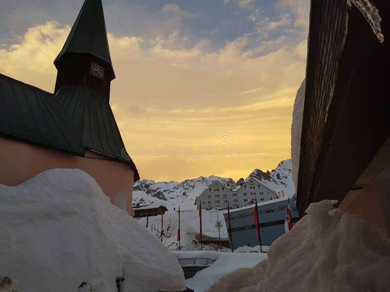 Montagnes blanches d'hiver de neige photos stock
