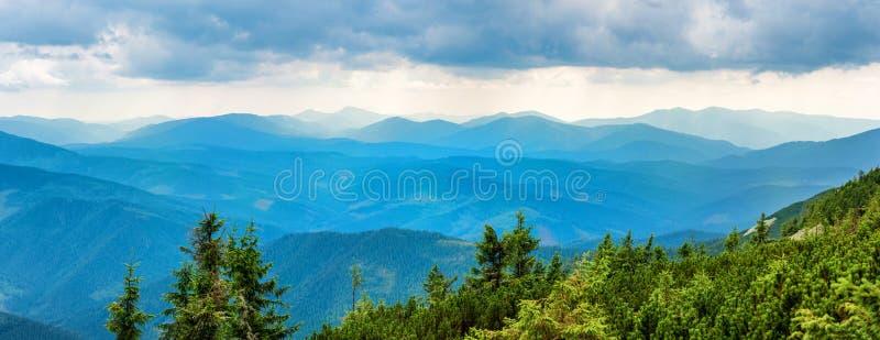 Montagnes bleues couvertes de forêt verte photographie stock