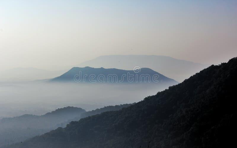 Montagnes brumeuses photo stock