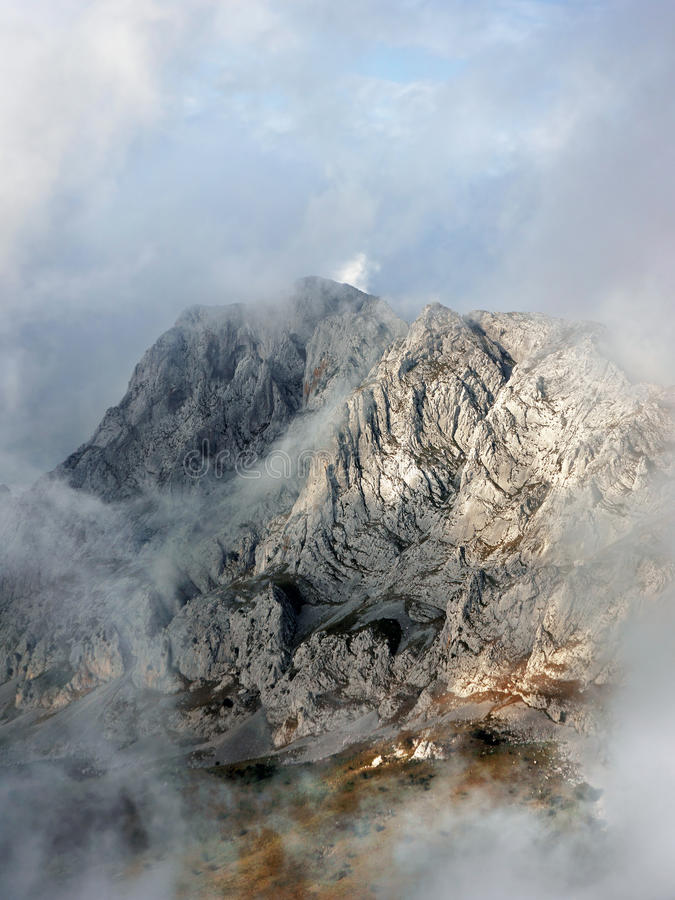 Montagnes brumeuses de chaîne d'Urkiola dans le matin photographie stock libre de droits
