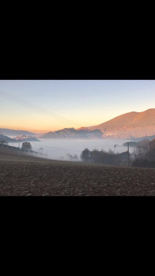 Montagnes brumeuses de l'Ombrie photo libre de droits