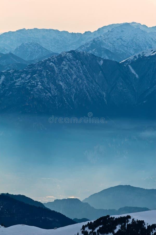 Montagnes brumeuses de matin image libre de droits