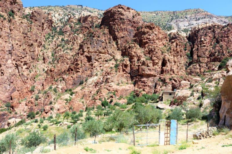 Montagnes brunes énormes images stock