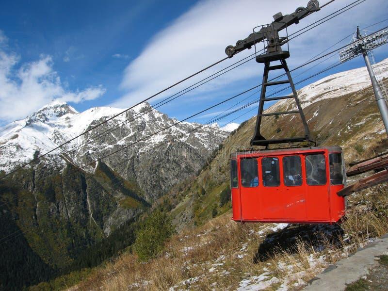 Montagnes caucasiennes, Elbrus, funiculaire rouge photographie stock libre de droits