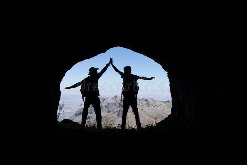 Montagnes, cavernes et personnes aventureuses photos libres de droits