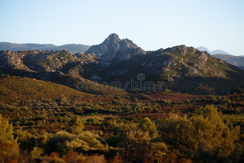 Montagnes, ciel clair et fond de montagnes Vue horizontale photographie stock libre de droits