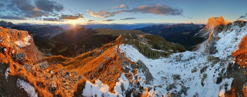 Montagnes colorées d'automne de lever de soleil Dolomites, Italie photographie stock
