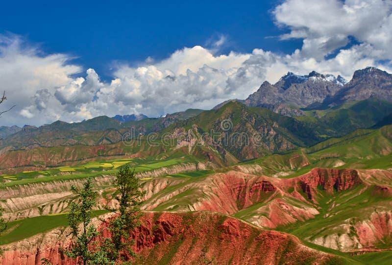 Montagnes colorées en Chine photos stock