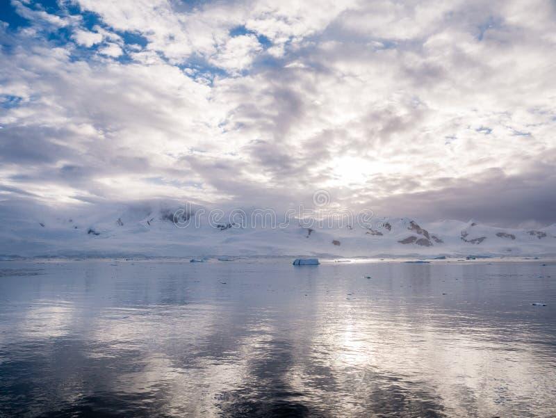 Montagnes couronnées de neige de frange de glace d'Almirante, baie d'Andvord, Arct image stock