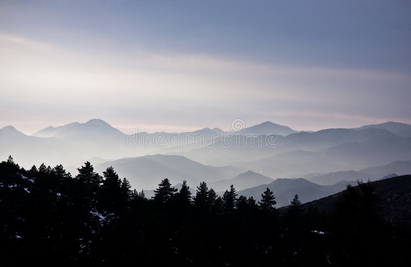 Montagnes couvertes par le brouillard photos stock