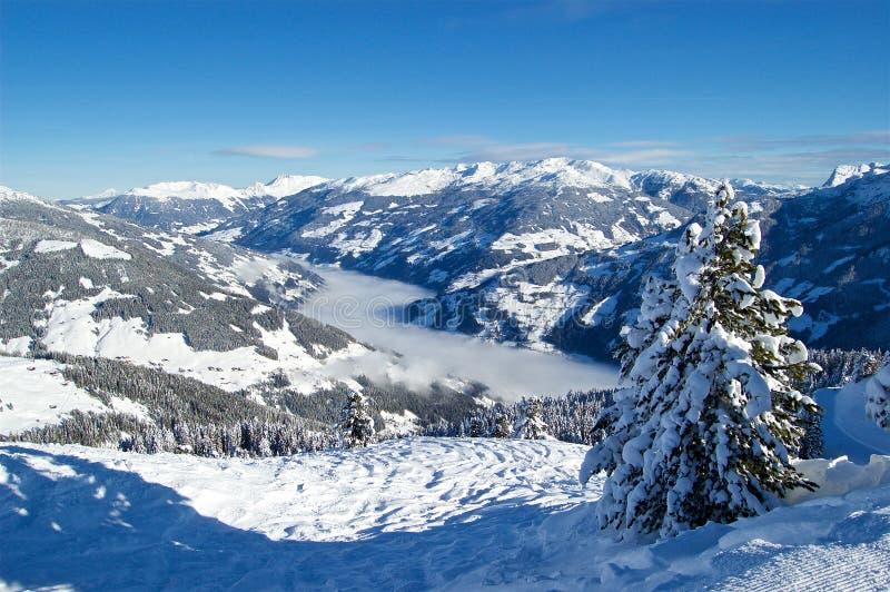 Montagnes d'Alpes par temps de ski de l'Autriche beau photographie stock libre de droits