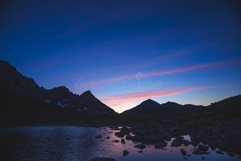 Montagnes d'Altai Lac supérieur Akchan Horizontal de nuit image libre de droits