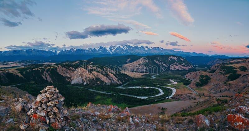 Montagnes d'Altay, rivière de Chuya et steppe de Kuray photographie stock