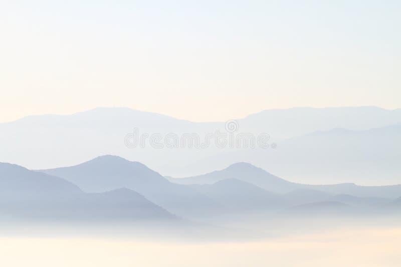 Montagnes d'arête bleue images stock