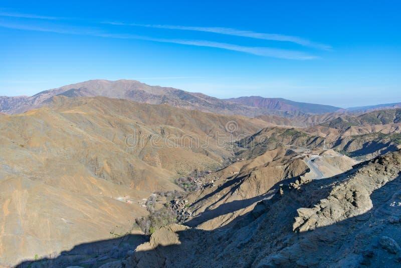 Montagnes d'atlas dans la vue du Maroc avec une route courbante photographie stock libre de droits