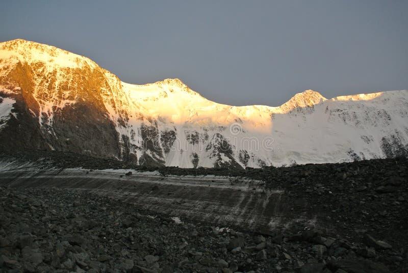 Montagnes d'or au coucher du soleil image libre de droits
