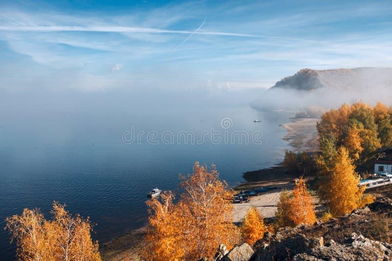 Montagnes d'automne au coucher du soleil photographie stock libre de droits