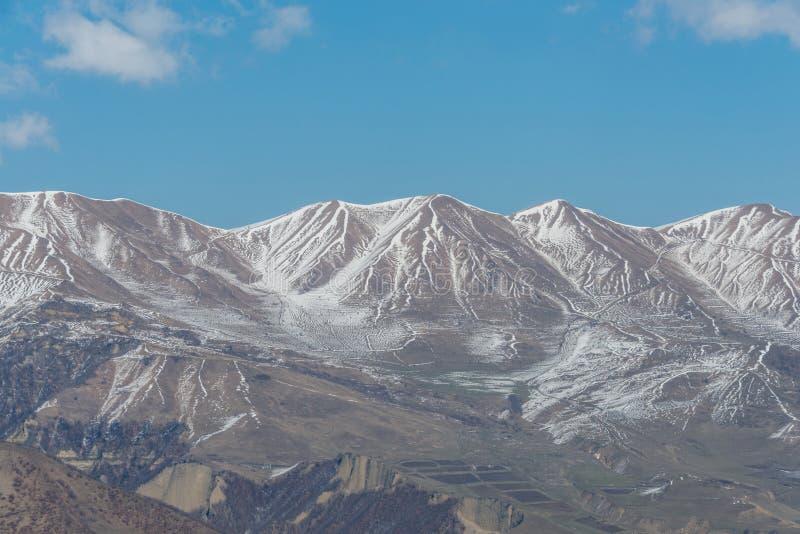Montagnes d'hiver dans la région de Qusar de l'Azerbaïdjan images stock