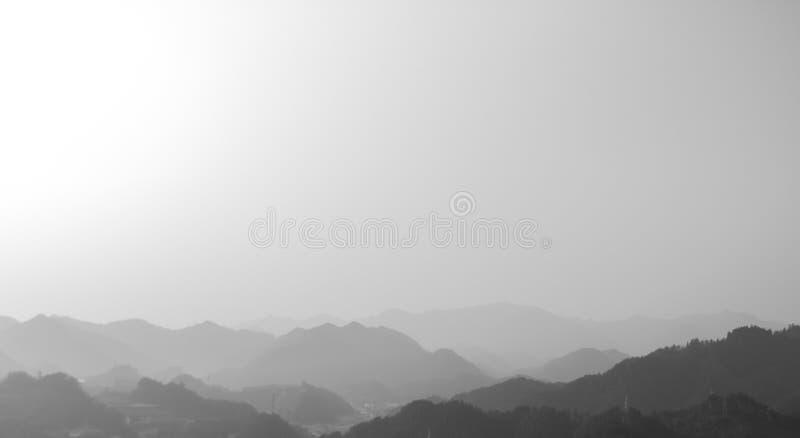 Montagnes dans la peinture d'encre et de lavage photos stock