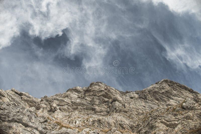 Montagnes dans le ciel images libres de droits