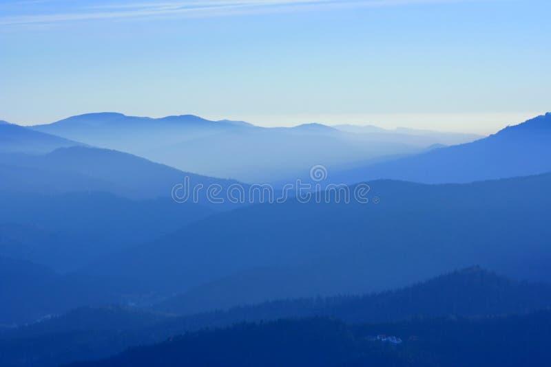 Montagnes dans le regain image libre de droits