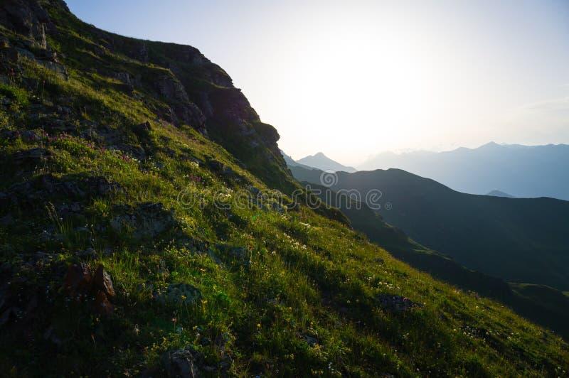 Montagnes de beauté au coucher du soleil photo libre de droits