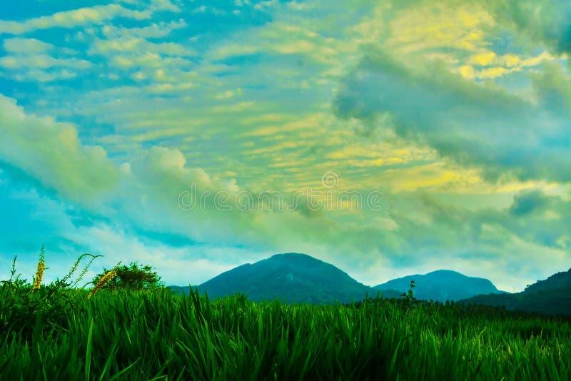 Montagnes de beaux nuages image libre de droits