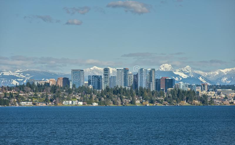 Montagnes de Bellevue, de Washington et de cascade à travers le lac Washingto photographie stock libre de droits
