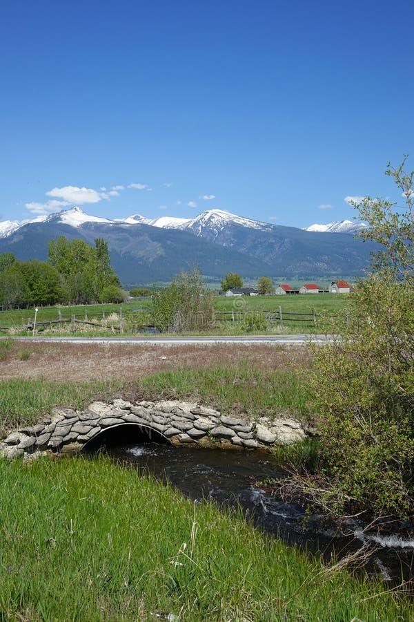 Montagnes de Bitterroot et pont en pierre - Montana photographie stock