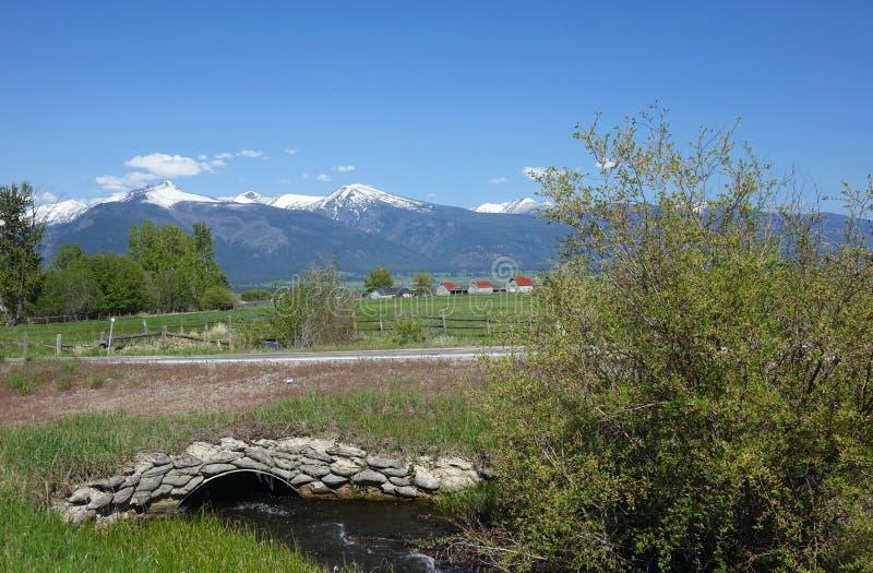 Montagnes de Bitterroot et pont en pierre - Montana image libre de droits