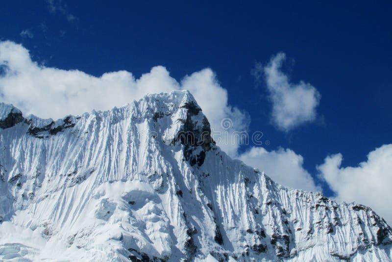 Montagnes de Blanca de Cordillère photographie stock