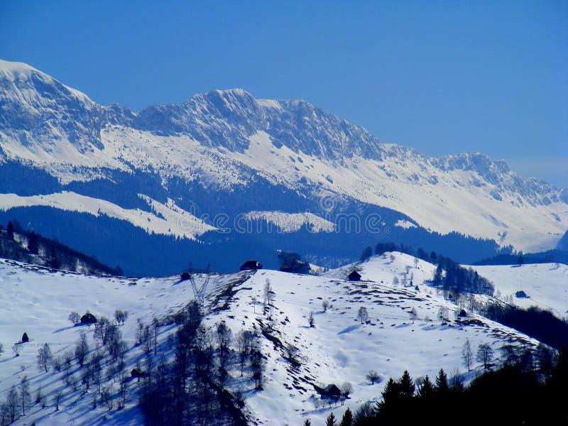 Montagnes de Bucegi des montagnes de Charpatian de fundata de moeciu pendant l'hiver photo stock