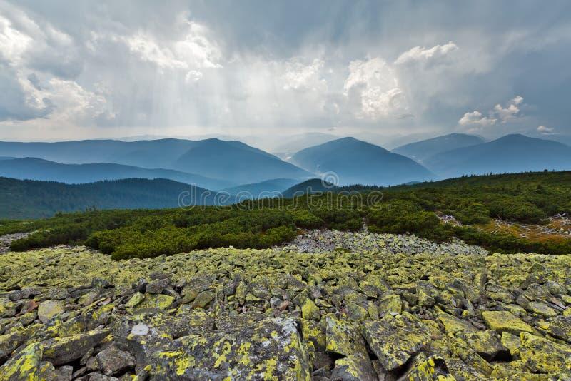 Montagnes de Carpathiens image stock