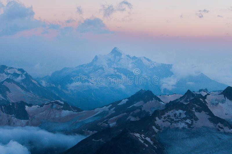 Montagnes de Caucase majestueuses en juillet photo stock