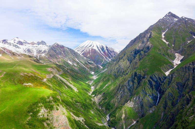 Montagnes de Caucase Route militaire g?orgienne Gorge de Kudskoe ou de Gudskoe et volcan éteint de Sherkhot sur le Kelsk volcaniq photos libres de droits
