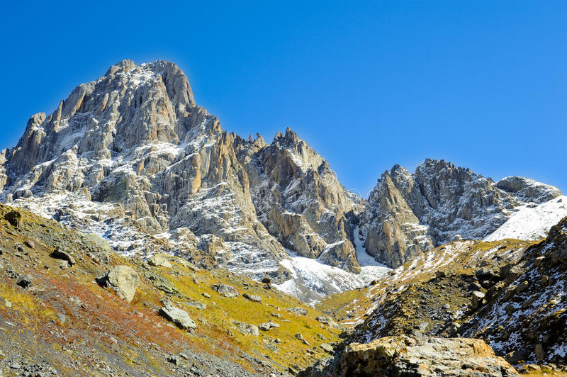 Montagnes de Caucase, village Juta colline verte, ciel bleu, et crête neigeuse Chaukhebi en été photos stock