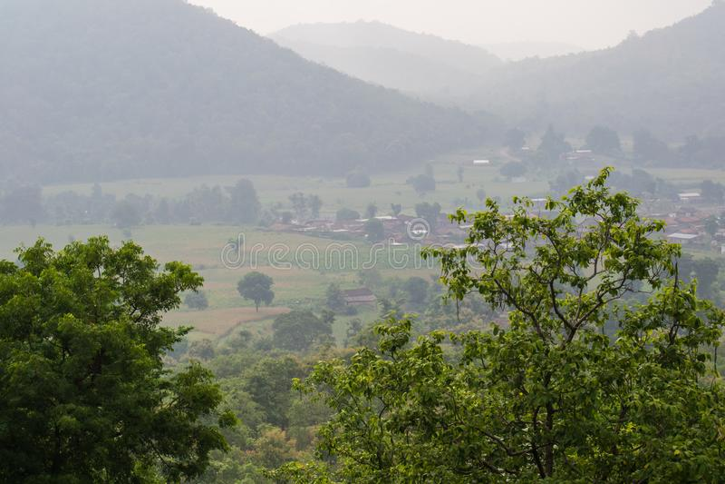Montagnes de collines en brouillard image libre de droits
