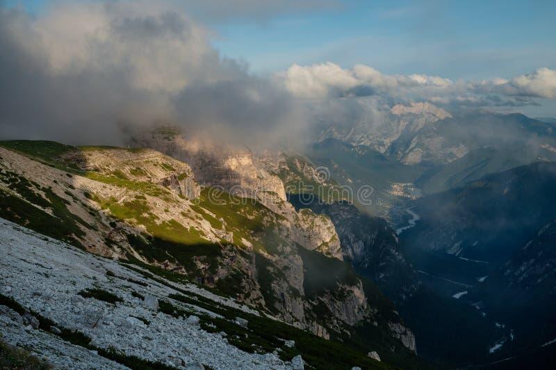 Montagnes de dolomites, par Lavaredo, l'Italie photo stock