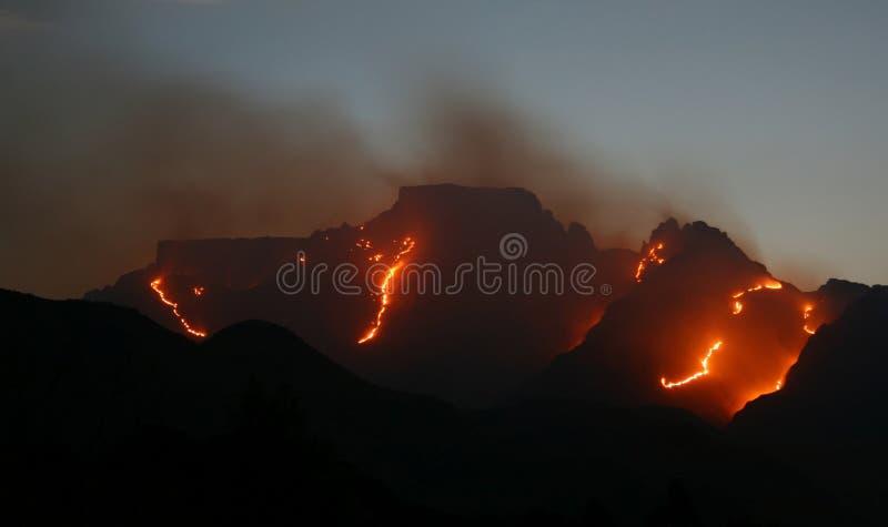Montagnes de Drakensberg sur le feu photos stock