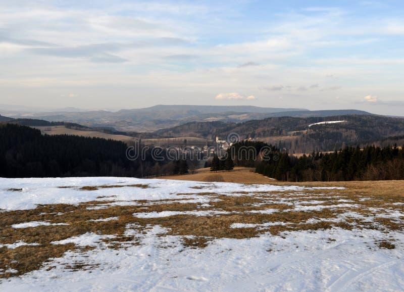 Montagnes de fonte de neige au printemps images stock